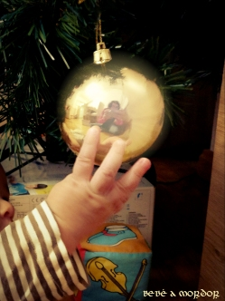 Mano de Tritón des-decorando árbol de Navidad