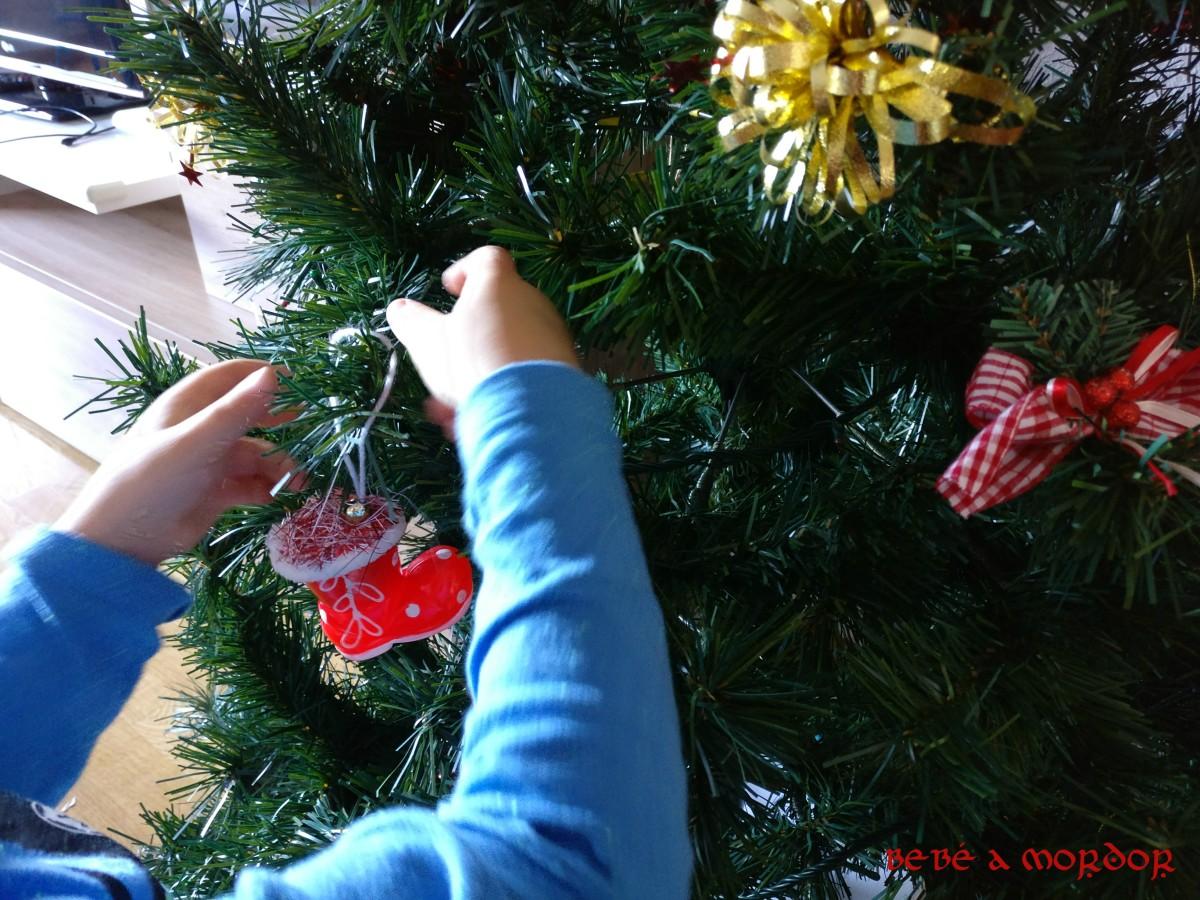 Mano de Dragón decorando árbol de Navidad