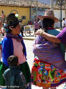 Dos mujeres indígenas con su ropa de colores